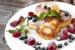 凝乳薄煎饼用新鲜的莓果和装饰 库存图片