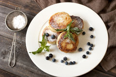 凝乳薄煎饼用新鲜的莓果 免版税库存照片