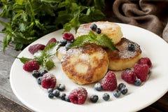 凝乳薄煎饼用新鲜的莓果 库存图片
