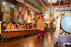 凝思伟大的Stupa的佛教徒修道院,市加德满都,尼泊尔, 2017年12月 免版税图库摄影