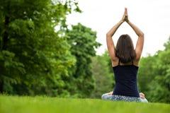 凝思健康生活锻炼概念 思考和放松在Padmasana莲花姿势 库存照片