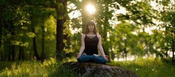 凝思健康生活锻炼概念 思考和放松在Padmasana莲花姿势 免版税图库摄影