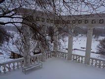 凝思和放松的长凳地方 免版税库存图片