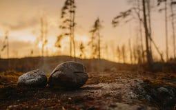 凝思土地在日落石头的在卡累利阿俄罗斯 免版税图库摄影