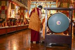 凝思在伟大的Stupa的佛教徒修道院里市加德满都,尼泊尔, 2017年12月 图库摄影