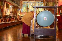 凝思在伟大的Stupa的佛教徒修道院里市加德满都,尼泊尔, 2017年12月 免版税库存照片