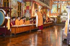 凝思在伟大的Stupa的佛教徒修道院里市加德满都,尼泊尔, 2017年12月 免版税图库摄影