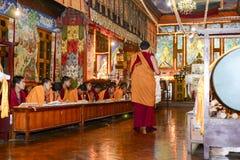 凝思在伟大的Stupa的佛教徒修道院,市里加德满都,尼泊尔, 2017年12月 免版税库存图片