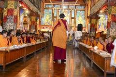 凝思在伟大的Stupa的佛教徒修道院,市里加德满都,尼泊尔, 12月 库存照片