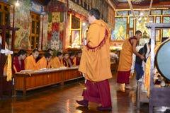 凝思在伟大的Stupa的佛教徒修道院,市里加德满都,尼泊尔2017年12月 免版税库存照片