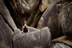凝思在岩石的瑜伽会议 免版税库存照片