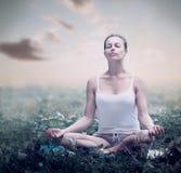 凝思妇女。瑜伽 免版税库存照片