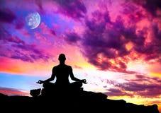凝思姿势剪影瑜伽 免版税库存照片
