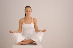 凝思姿势瑜伽 免版税库存照片