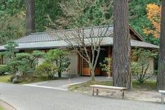 凝思室在日本茶园里 库存照片