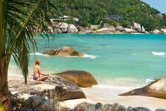 凝思珊瑚小海湾海滩的瑜伽女孩在酸值苏梅岛海岛 库存照片