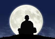 凝思的修士在满月 向量例证