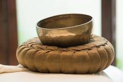 凝思的西藏碗在温泉 免版税库存图片