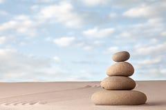 凝思禅宗沙子和石头庭院 免版税图库摄影