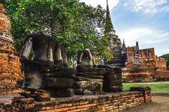 凝思雕象废墟态度的无首的菩萨在Wat Phra Sri Sanphet历史公园,大城府,泰国 图库摄影