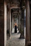 凝思 祈祷宗教的妇女,思考在吴哥窟寺庙 免版税库存图片