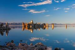 凝灰岩形成在单音湖,加利福尼亚在水中反射了 免版税库存照片