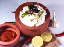 凝结在一个泥罐的米用柠檬腌汁和成份 免版税库存照片
