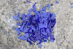凝结面上的蓝色打破的玻璃-背景的纹理,设计 库存照片