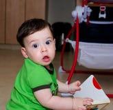 凝视与他的大眼睛的逗人喜爱的婴孩 免版税库存照片