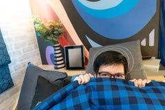 凝视亚裔的人,当停留在毯子时 免版税库存图片