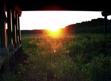 凝视入太阳在一座桥梁下在阿拉巴马 库存照片