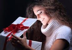 凝视在礼物盒的一个美丽的年轻浅黑肤色的男人的画象 库存图片