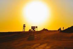 凝视太阳的骑自行车的人 免版税库存照片