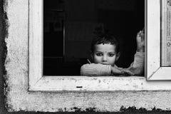 凝视年轻尼泊尔的女孩学校窗口 免版税库存照片