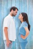 凝视彼此的恼怒的夫妇的综合图象 免版税库存照片