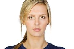 凝视有吸引力的白肤金发的女孩的头发  免版税库存图片