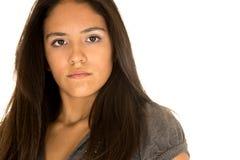 凝视有吸引力的西班牙青少年的女孩的protrait没有微笑 免版税图库摄影