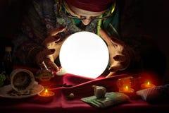 凝视水晶球的算命者妇女 免版税图库摄影