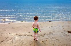 凝视海的小孩男孩 免版税库存照片