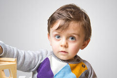 凝视照相机的孩子 免版税库存图片