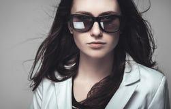 凝视通过太阳镜的女实业家 库存照片