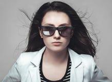 凝视通过太阳镜的女实业家 图库摄影