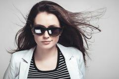 凝视通过太阳镜的女实业家 库存图片