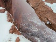 凝视通过Mesa曲拱入大型装配架峡谷,天空的海岛,峡谷地国家公园,犹他 免版税库存照片