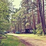 凝视Splavy,捷克共和国- 2017年8月19日:在暑假期间,在阵营前的停放的汽车在旅游区Macha ` s登陆 免版税库存照片