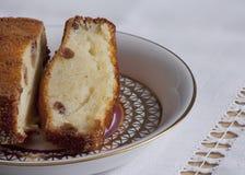 凝结与葡萄干棕色外壳的蛋糕在板材 免版税库存图片