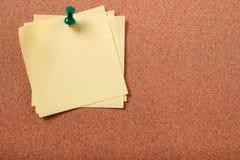 几不整洁稠粘的岗位笔记被别住对黄柏板拷贝空间 图库摄影
