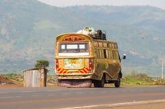 几个主题五颜六色的公共汽车在肯尼亚` s乡下在非洲 图库摄影