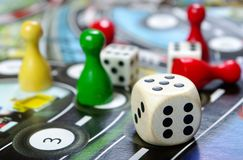 几个五颜六色的棋和比赛片断细节  免版税库存图片