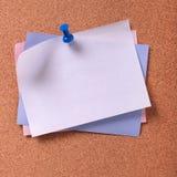 几个各种各样的颜色稠粘的便条纸塞住背景 免版税库存图片